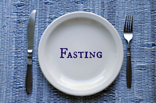 "word ""fasting"" on empty plate"